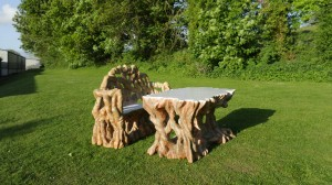 We created out of the ordinary garden furniture with the roots effect and with a white lacquer finish for the table top.
